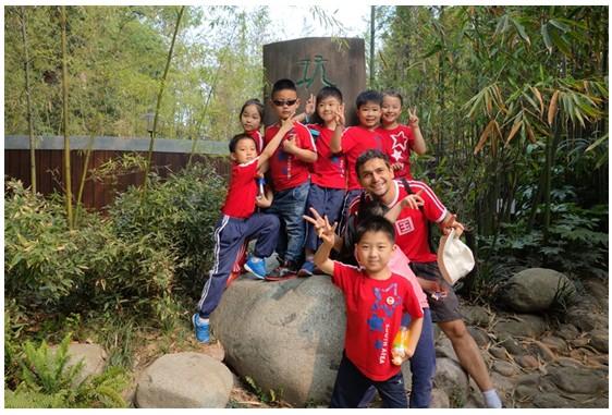 爱满望江公园(图志一年级春游) 又是阳春白日风在香的日子,我们龙小(南区)一年级的孩子们今天(4月19日)来望江公园春游了。 望江公园是竹子的世界,孩子们认识了好多竹子:巨竹、京竹、红舌唐竹、罗汉竹……竹……   竹子的制品也随处可见:小屋、水车、凉椅、扇子……  竹林下,我们和老师一起快乐游戏,笑声连连  一起合影,留下快乐瞬间    一起赏竹,我们知道了竹芯可以泡水喝,清热解毒  一起赏花   随同前来的各班班级同心圆俱乐部的家长
